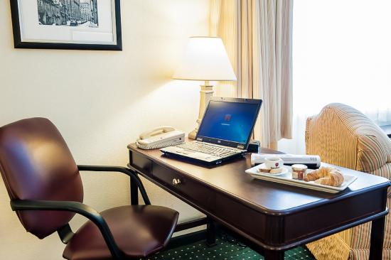 Longueuil, Canada: Executive Room work station