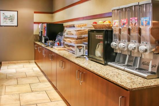 Quality Inn & Suites: Breakfast bar