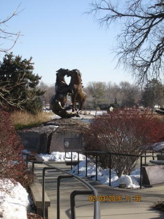 Pierre, Dakota del Sur: Beautiful sculpture and path leading down to it