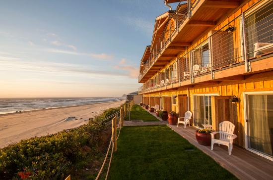 Pelican Shores Inn: Oceanfront Building