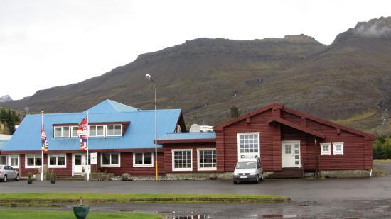Breiddalsvik, Islandia: El techo azul del hotel es fácilmente reconocible en el pueblo