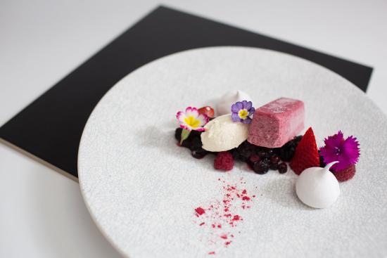 Mascot, Australia: Berry Parfait Dessert in Sirocco Restaurant