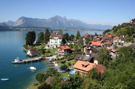Village Gunten on lake Thun
