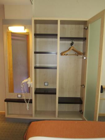 Aldaia, España: Wardrobe with door