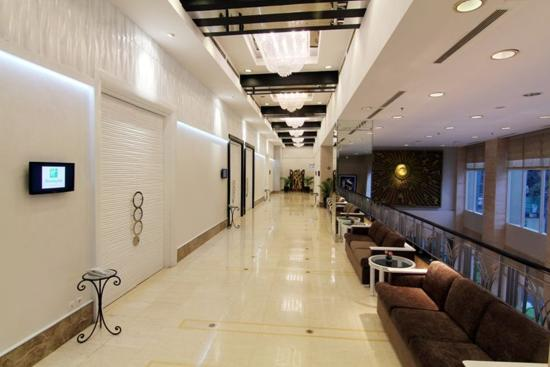 Holiday Inn Bandung: Berlian Ballroom Corridor