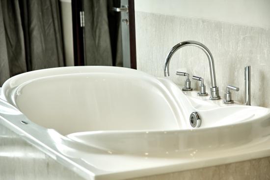 Holiday Inn Bandung: Guest Bathroom