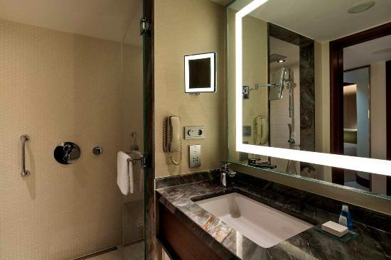 Conrad Istanbul Bosphorus: Deluxe Bathroom
