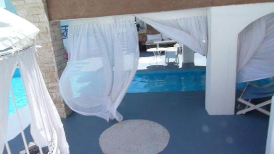 Astarte Suites: Beautiful photo ops at the pool!