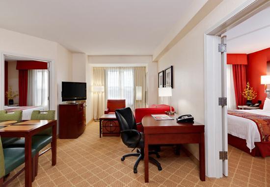 Bedford Park, IL: Two-Bedroom Suite