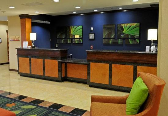 Fairfield Inn & Suites Portland North Harbour: Front Desk