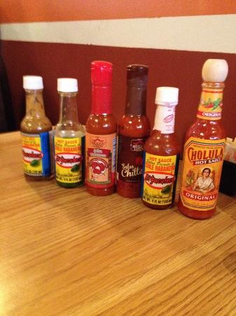 DeForest, วิสคอนซิน: Nice assortment of hot sauce on the table
