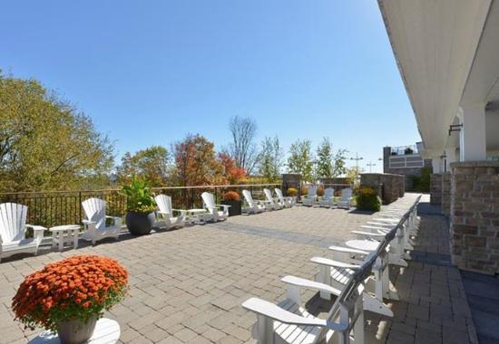 Minett, Canada: Lower Level Meeting Terrace