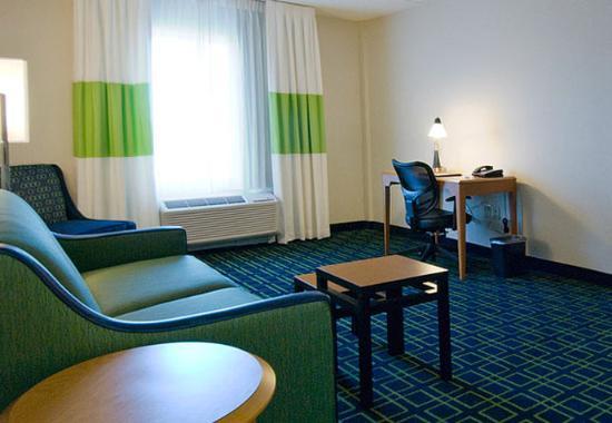 เพลนวิลล์, คอนเน็กติกัต: King Suite Living Area