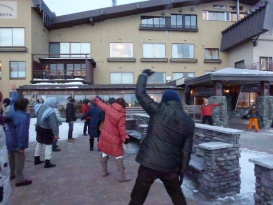 Ougatou Hotel: 日の出が見られず皆でラジオ体操