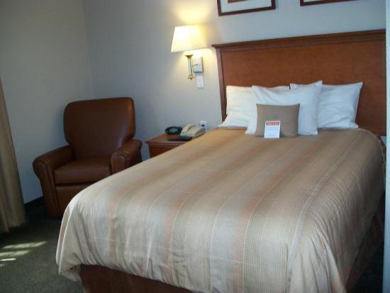 La Porte, TX: Queen Bed Guest Room Kitchen