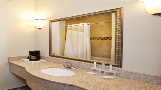 Waterloo, IA: Enjoy Bath and Body Works shower amenities.