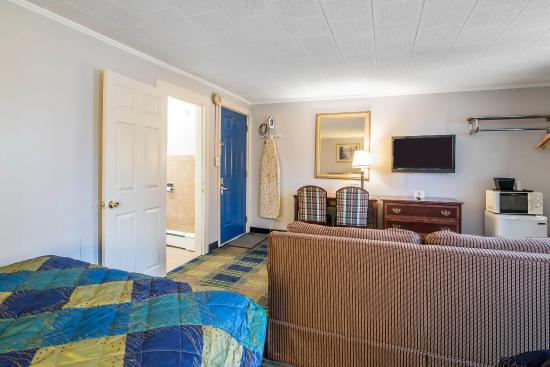 Claremont, NH: Guest room