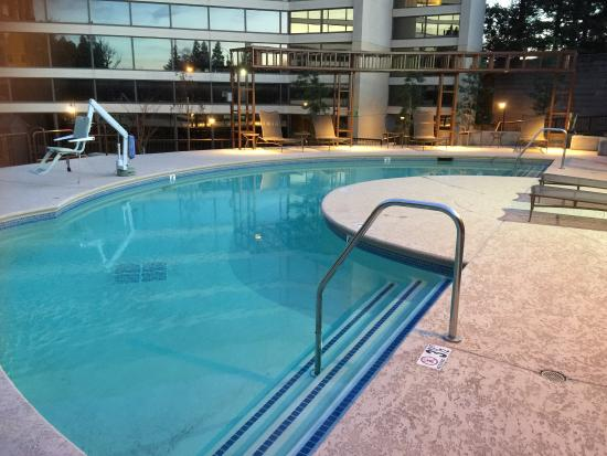 Walnut Creek, CA: Outdoor pool, complimentary wine and cheese during happy hour, bathroom, room with king bed