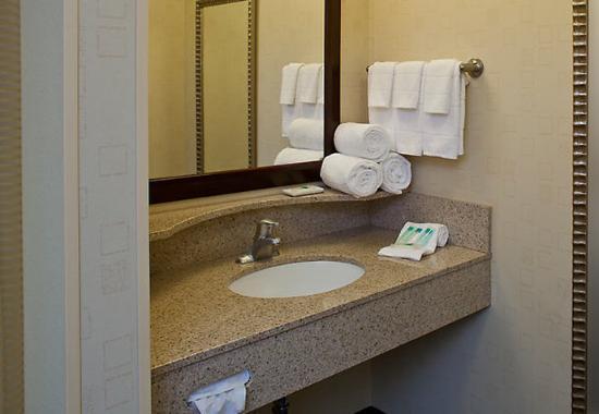 New Bern, NC: Guest Bathroom