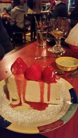Marietta, Georgien: Cheesecake with strawberries. ..delicious!