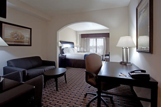 Hope Mills, Karolina Północna: Holiday Inn Express guestroom Suite near Fort Bragg NC