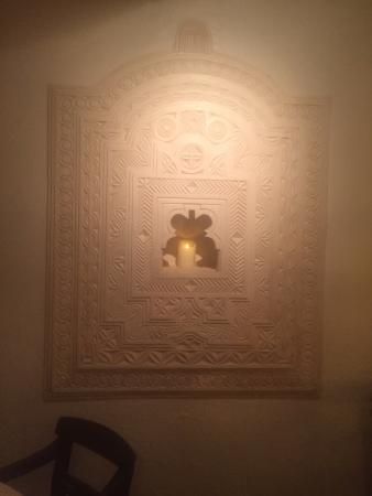Peponi Hotel: Restaurant wall deco