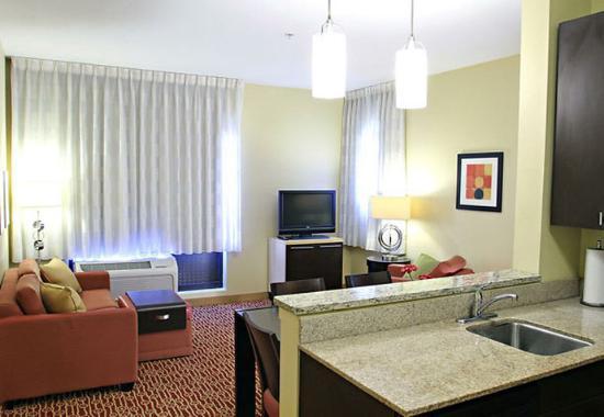 Huntington, Западная Вирджиния: One-Bedroom Suite Living Area