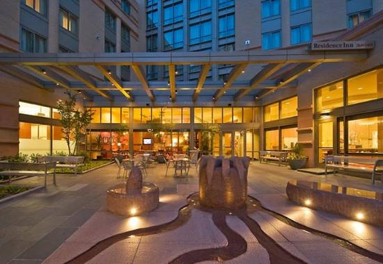 Residence Inn Arlington Courthouse: Courtyard Water Feature
