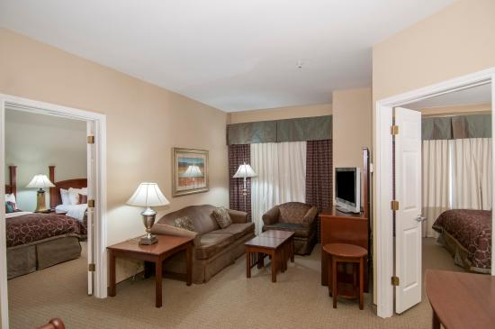 Covington, LA: Lots of room in our two bedroom two bathroom suite