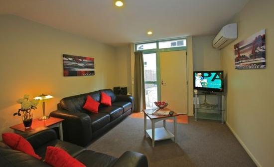 Asure Queenstown Gateway Apartments: Apartment Kitchen