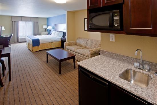 Shelbyville, IN: Queen Bed Guest Room