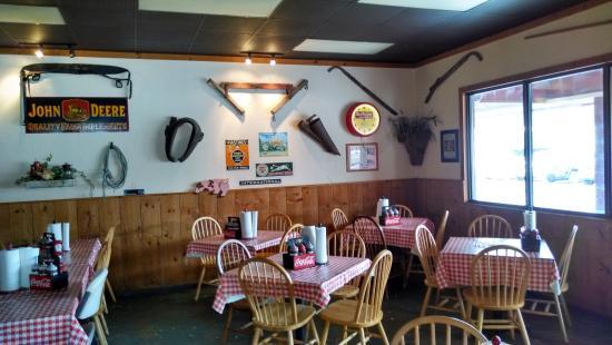 Newland, Karolina Północna: Farm implements and advertising memorabilia.