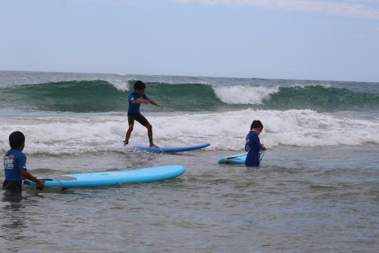Caloundra, Australie : Kids standing up in few lessons