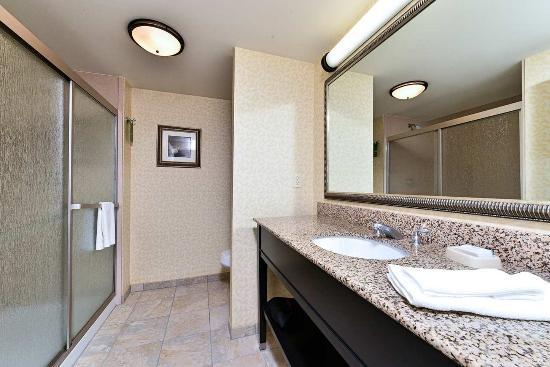 Ellsworth, ME: Standard Room Bathroom