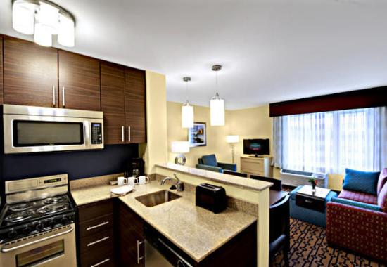 North Kingstown, Род Айленд: Two-Bedroom Suite Kitchen & Living Area