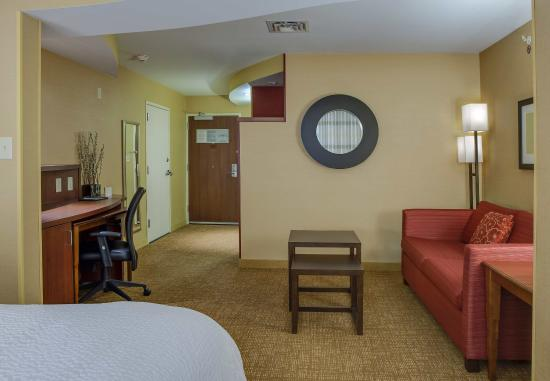 Noblesville, IN: King Suite Living Area
