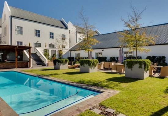 Bellville, Republika Południowej Afryki: Outdoor Pool Seating Area