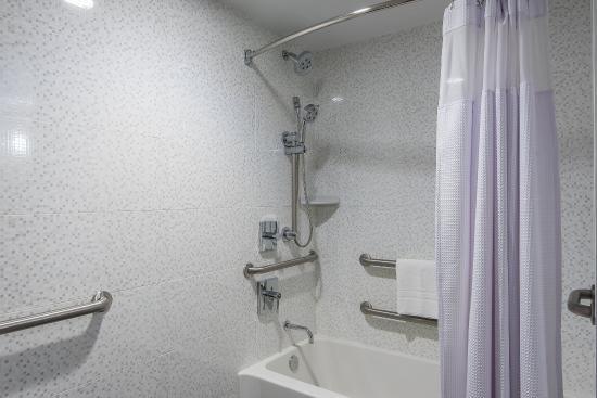 Plainsboro, نيو جيرسي: Bathroom with Tub