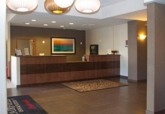 Fairfield Inn & Suites Downtown / Historic Main Street : Front Desk