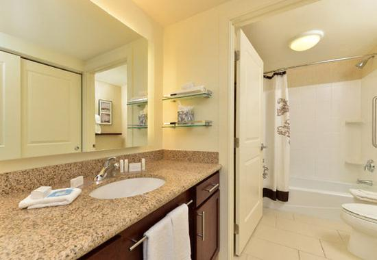 Coralville, IA: Suite Bathroom