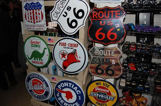 Angel & Vilma Delgadillo's Route 66 Gift Shop & Visitor's Center: 部屋に飾りたくなります。