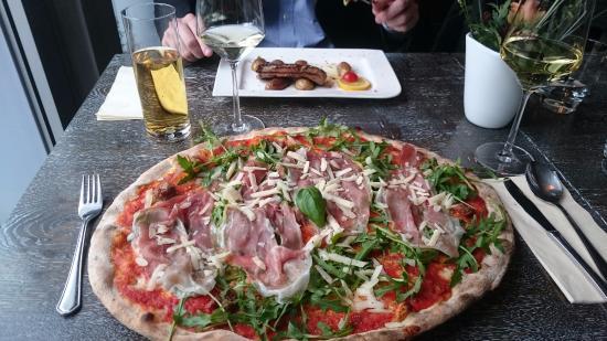 pizza mit parmaschinken rucola und parmesan picture of fratelli pizza pasta bar kassel. Black Bedroom Furniture Sets. Home Design Ideas