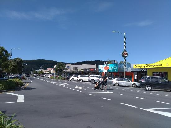 Whangamata, Новая Зеландия: Christmas decorations still on streets on 30th of January