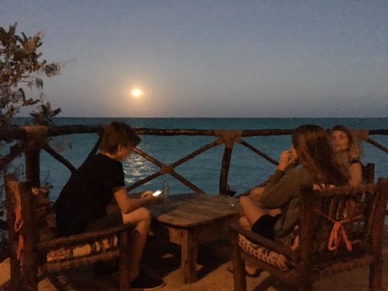 Sazani Beach Lodge: Fuldmånen er ved at stå op...