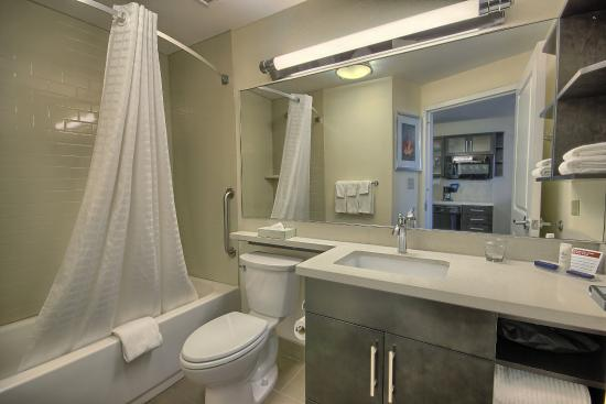 Grove City, OH: Our Two Queen Bed Studio Suite Bath