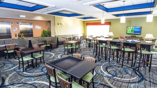 Holiday Inn Express & Suites Elkton - Newark S. - UD Area: Breakfast Area