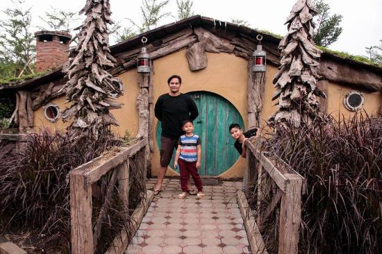 farmhouse bandung spot foto rumah hobbit