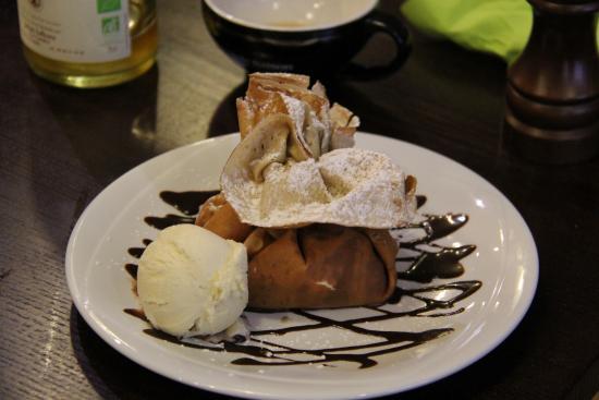 La Belle Equipe : L'aumonière dessert patissier :crème chantilly maison accompagnée de fruits de saison enveloppée