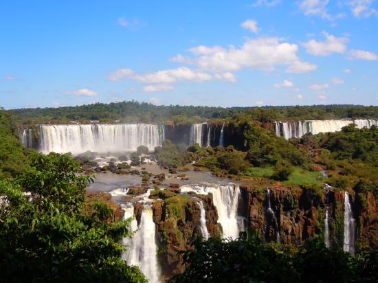Πολιτεία Παρανά: Ensemble de 275 cascades formant un front de 3,0 kilomètres environ