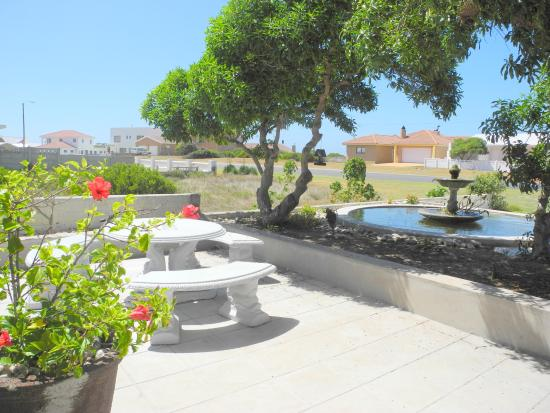 L'Agulhas, Sudáfrica: View of terrace and pond